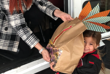 Local Kindergarteners deliver Thanksgiving food donations